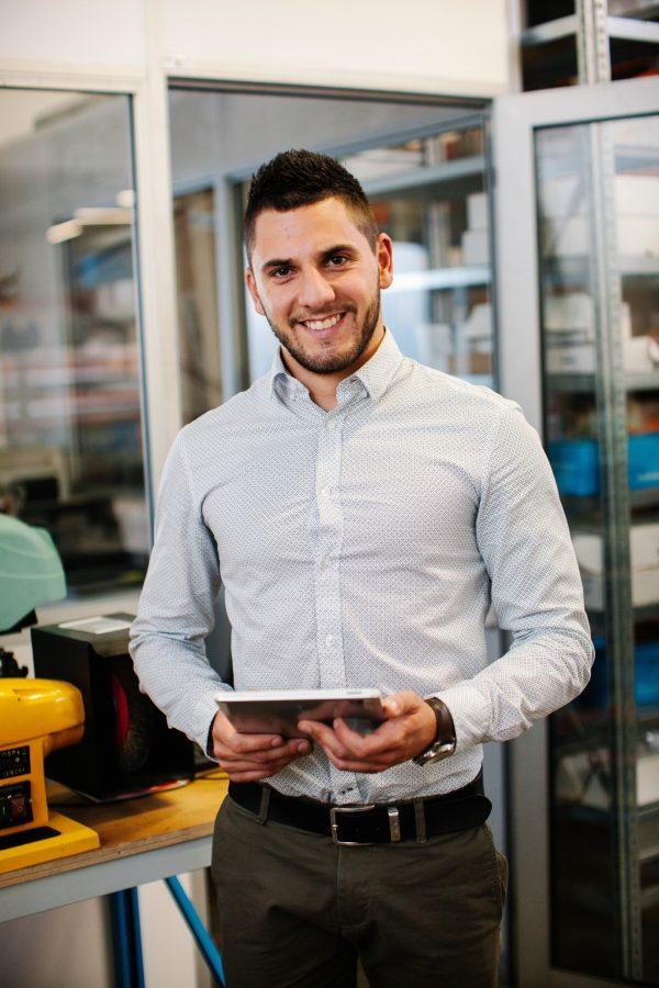 homme-tablette-chemise